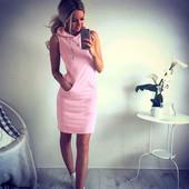 Плаття різних моделей і кольорів.