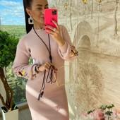 Вязане плаття з вишивкою на рукаві є заміри
